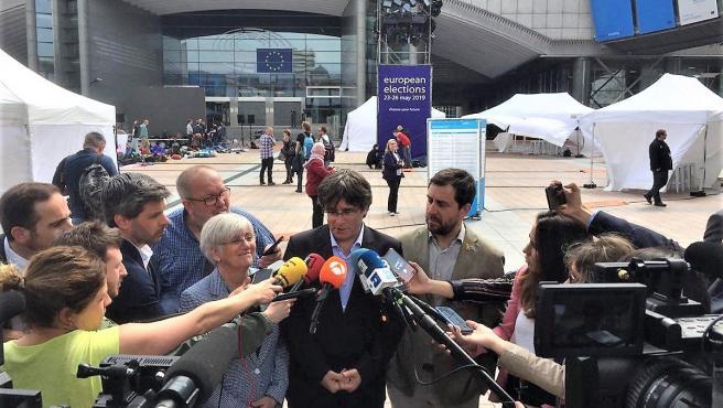Clara Ponsatí, Carles Puigdemont y Toni Comín (JxCat) ante el Parlamento Europeo el día de les elecciones europeas 2019 (Archivo)