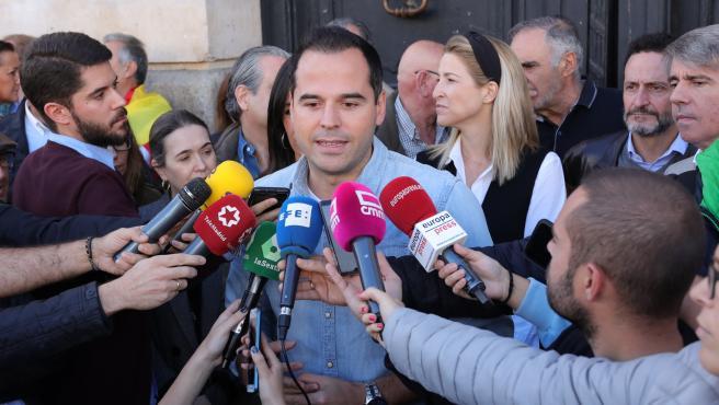 El vicepresidente y portavoz del Gobierno de la Comunidad de Madrid, Ignacio Aguado (Cs) declara ante los medios durante la concentración 'Juntos por España. Convivencia sin violencia' a 27 de octubre de 2019.