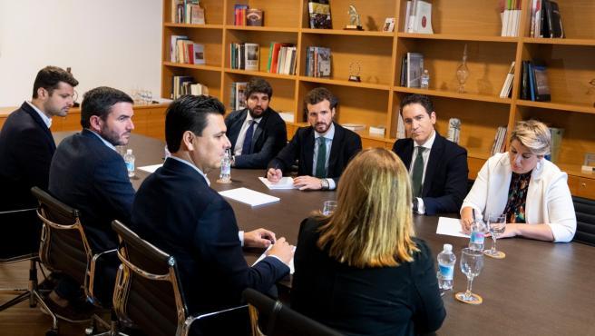 Pablo Casado en una reunión con los representantes del PP en los Ayuntamientos del Mar Menor junto a Teodoro García Egea, López Miras y Noleia Arroyo