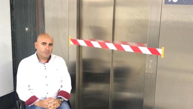 Sergio Hijano delante de un ascensor averiado