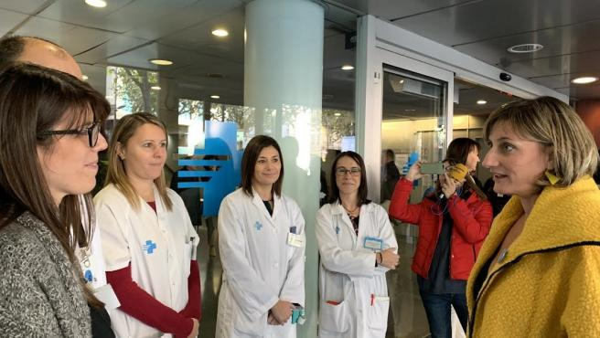 Alba Vergés saludando a Mari Cruz Sans