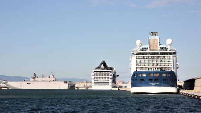 Dos cruceros y un portaviones en el puerto de València