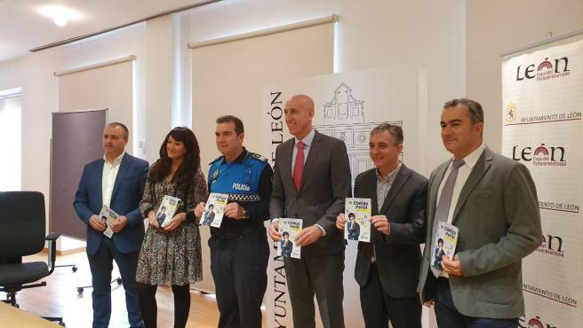 El Alcalde De León, José Antonio Diez, En El Acto De Presentación De La Guía Con Los Colaboradores En La Edición De La Misma.