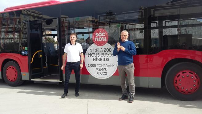 El alcalde de València, Joan Ribó, y el concejal y presidente de la EMT, Giuseppe Grezzi, en una imagen reciente junto a un autobús de la EMT.