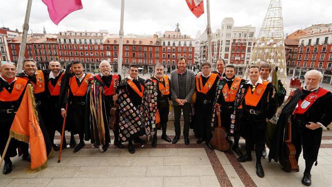 El alcalde de Valladolid, Óscar Puente, junto a representantes de las tunas que celebran en la ciudad el XXXIII Certamen Nacional de Tunas de Económicas y Empresariales.