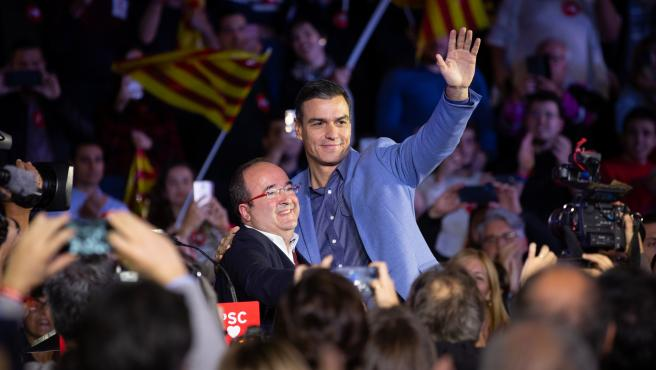 El candidato a la presidencia por el PSOE, Pedro Sánchez (d), junto al portavoz del grupo socialista en el Parlament de Cataluña, Miquel Iceta (i), durante el acto de cierre de campaña en Barcelona (España), a 8 de noviembre de 2019.