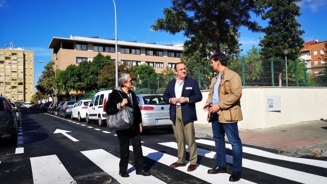 El concejal delegado del Distrito San Pablo-Santa Justa de Sevilla, Francisco Páez, visitas las obras de la calle Manuel Mantero