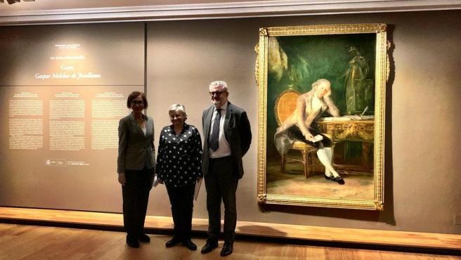 El director del Museo Nacional del Prado, Miguel Falomir, y la alcaldesa de Gijón, Ana González, ante el retrato de Gaspar Melchor de Jovellanos pintado por Francisco de Goya, exhibido en la Casa Natal de Jovellanos