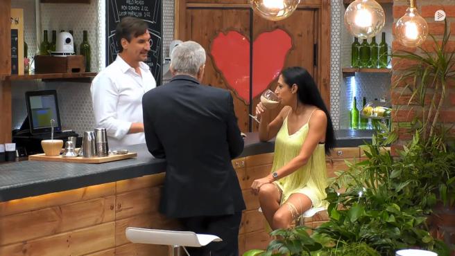 Fabio le prepara un cóctel a Amelia, en 'First dates'.