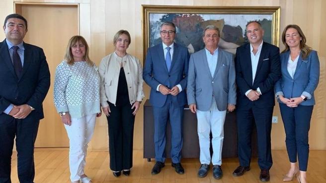 Francisco Salado, presidente de la Diputación de Málaga con representantes del Cuerpo Consular
