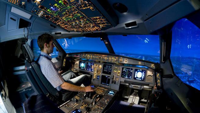 Imagen de archivo de un piloto comercial durante una simulación de vuelo.