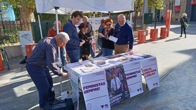 Javier Sánchez y Esther Herguedas en una mesa de propaganda electoral