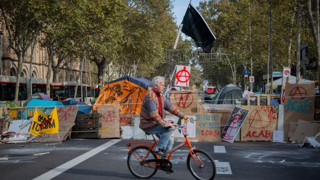 Los acampados de plaza Universidad de Barcelona acusan a las juventudes de ERC y la CUP de robar 40.000 euros