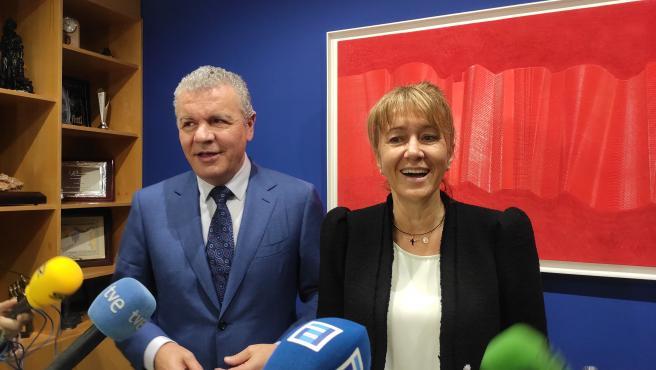 La cabeza de lista de la coalición PP-Foro, Paloma Gázquez, y del presidente de FADE, Belarmino Feito