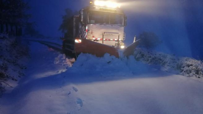 La Diputación de Lugo despliega efectivos por la nieve en carreteras.
