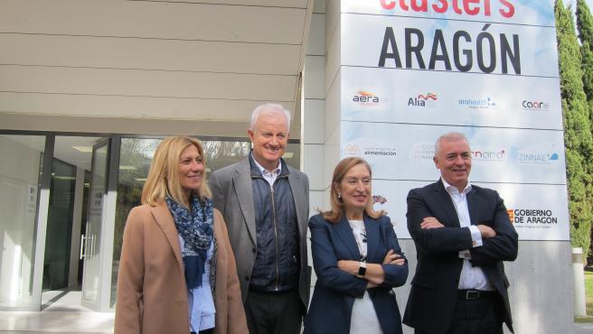 Miembros del PP antes de reunirse con el clúster de la automoción de Aragón.
