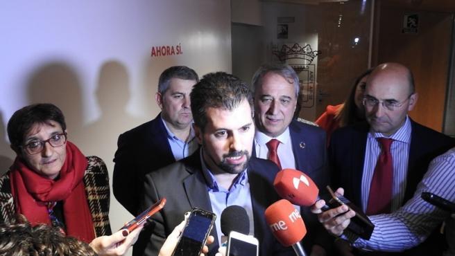 Tudanca, antes de su intervención ante los militantes del PSOE.