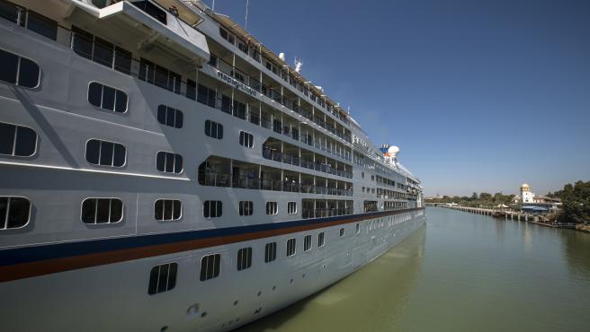 Un crucero navega por el río Guadalquivir hasta Sevilla