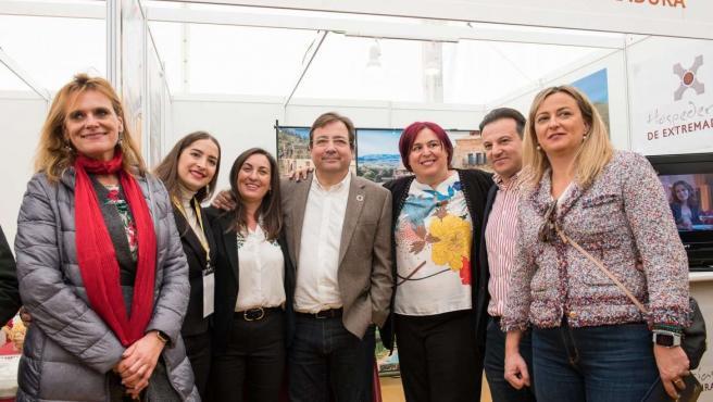 Vara y otras autoridades en la Feria de Apicultura y Turismo de las Hurdes