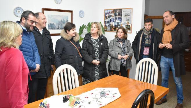 Visita del eurodiputado socialista Ibán García, segundo por la izquierda a las viviendas tuteladas para mayores, acompañado por el secretario provincial, José Luís Aceves y otros colegas de partido en Segovia.