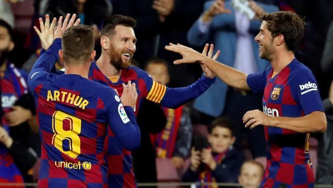 Los jugadores del Barça celebran uno de los goles de Messi.