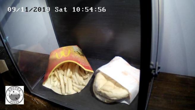 Este es el aspecto que mantienen una hamburguesa y unas patatas de McDonald's hechas hace una década