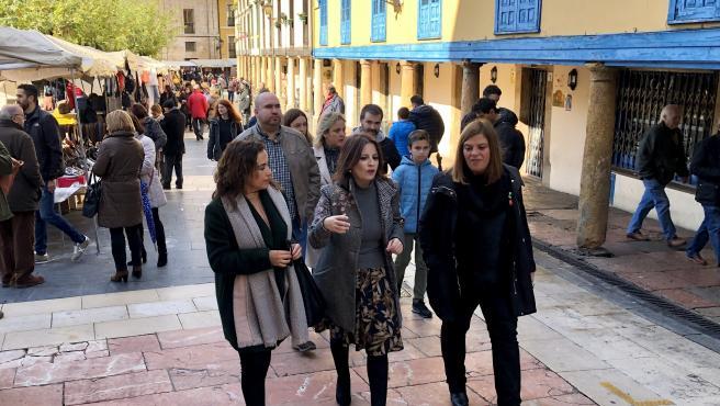 La cabeza de lista del PSOE al Congreso, Adriana Lastra, pasea por el casco antiguo de Oviedo en la jornada de reflexión