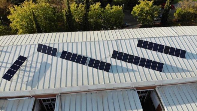 Paneles fotovoltaicos en el tejado del IES San Roque de Badajoz.