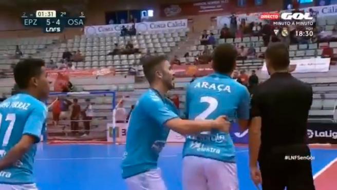 Los jugadores del Xota protestan al árbitro.