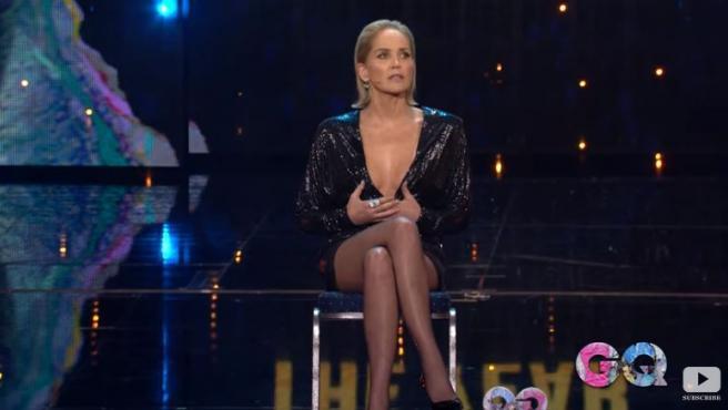 Sharon Stone recrea a sus 61 años el mítico cruce de piernas de 'Instinto Básico'