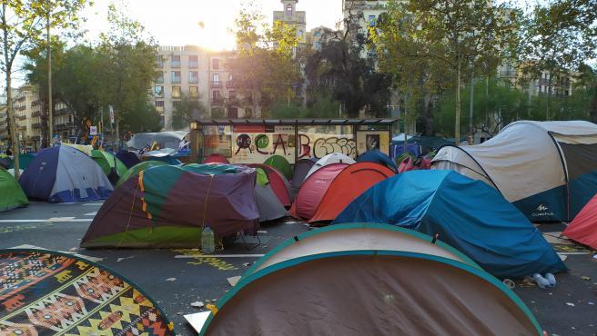 Un centenar de tiendas de campaña siguen en la acampada de plaza Universitat el sábado 9 de noviembre, coincidiendo con la jornada de reflexión.