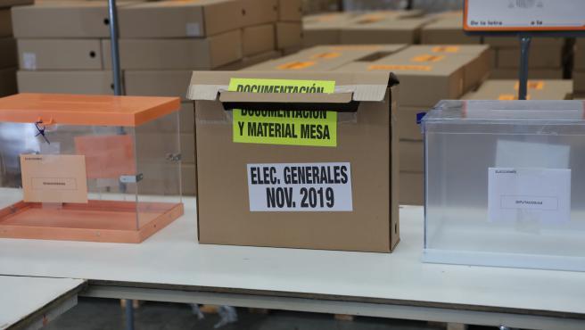 Urnas y cajas en el centro logístico de las póximas elecciones generales del 10N en Alcalá de Henares (Madrid), a 31 de octubre de 2019.