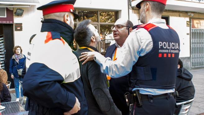 Los apoderados de JxCat y Ciudadanos discuten tras la votación de Inés Arrimadas en la Escuela Ausiàs March del barrio de Les Corts de Barcelona.