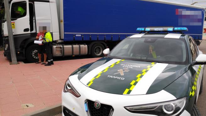 Agentes con un camionero detenido por conducir bajo los efectos del alcohol