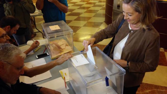 Ana Oramas, candidata de CC-PNC-NC, ejerce su derecho al voto