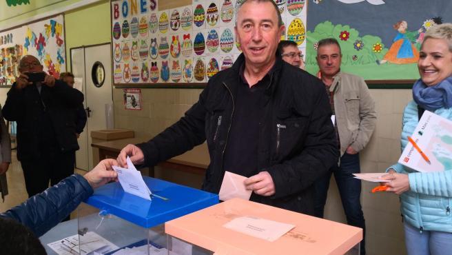 Baldoví (Més Compromís) deposita su voto en el CEIP Cervantes de Sueca
