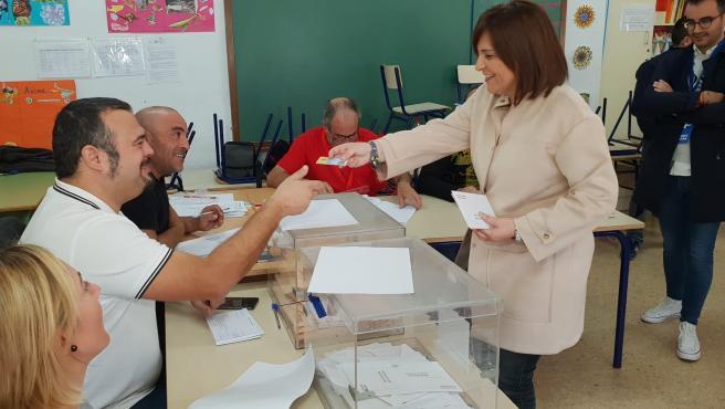 Bonig deposita su voto para las elecciones generales en La Vall d'Uixó