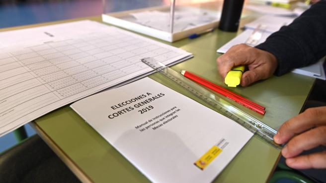 Detalle de la documentación de una mesa electoral en Madrid.