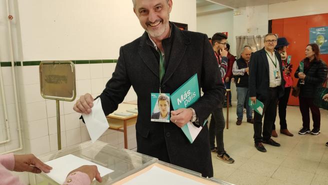 El cabeza de lista de Más País-Equo, Óscar Urralburu , ejerciendo derecho al voto en elecciones geenrales 10N
