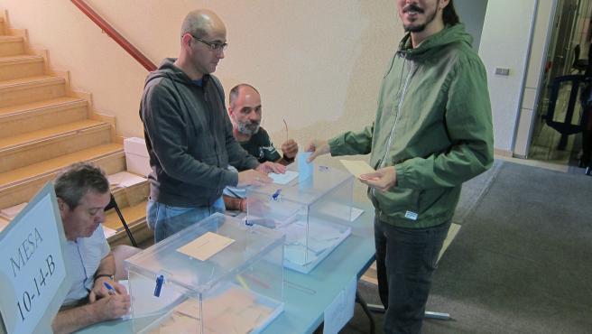 El cabeza de lista de Unidas Podemos al Congreso, Alberto Rodríguez, vota en el colegio electoral