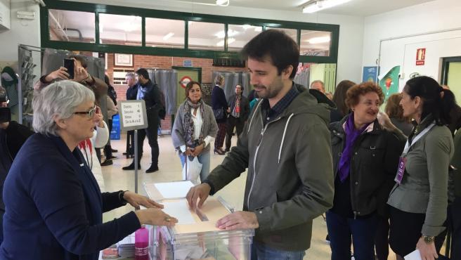 El cabeza de lista de Unidas Podemos, Javier Sánchez Serna, emitiendo su voto en las elecciones generales del 10 de noviembre de 2019