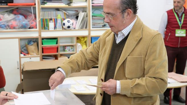 El cabeza de lista de Vox al Congreso por Valencia, Ignacio Gil Lázaro, vota el 10N