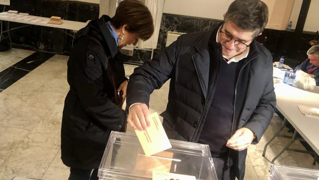 El cabeza de lista del PSE al Congreso por Bizkaia,Patxi López, vota este 10N en Portugalete