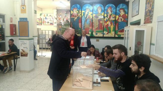 El coordinador regional de IU-Verdes, José Luis Álvarez-Castellanos, votando en Mula