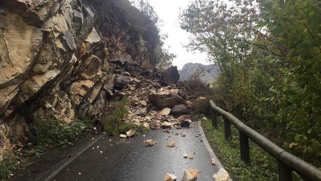 Imagen del desprendimiento de rocas en San Esteban de Cuñaba.