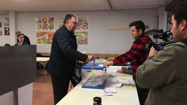 El número dos de la candidatura PP-Foro al Congreso por Asturias, Isidro Martínez Oblanca, ejerce su derecho al voto en las elecciones generales