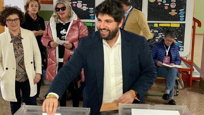 El presidente del PP de la Región de Murcia y presidente regional, Fernando López Miras, ejerciendo su derecho a voto en Lorca