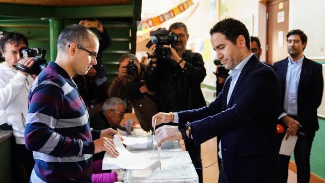 El secretario general del PP, Teodoro García Egea, ejerce su derecho a voto en las elecciones general del 10 de noviembre