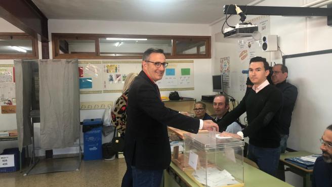 El secretario general del PSRM, Diego Conesa, ejerciendo su derecho a voto en Alhama de Murcia