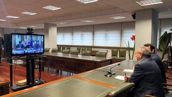 El subdelegado del Gobierno en Valladolid, Emilio Álvarez, charla en la videoconferencia con la delegada en Castilla y León, Mercedes Martín, sobre la constitución de las mesas electorales.